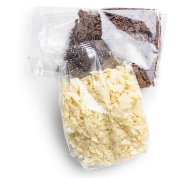 チョコレートの袋詰め作業
